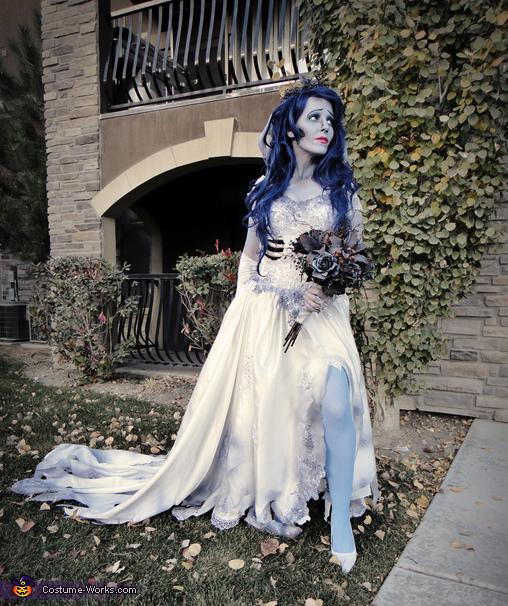 fantasia noiva cadáver com peruca e meia azuis