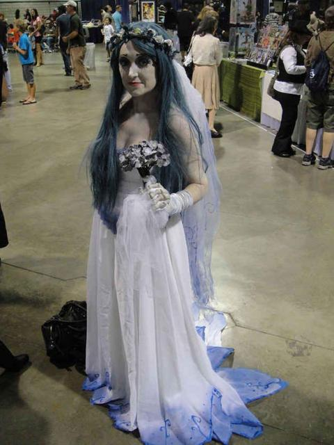 fantasia noiva cadáver com barra do vestido azul