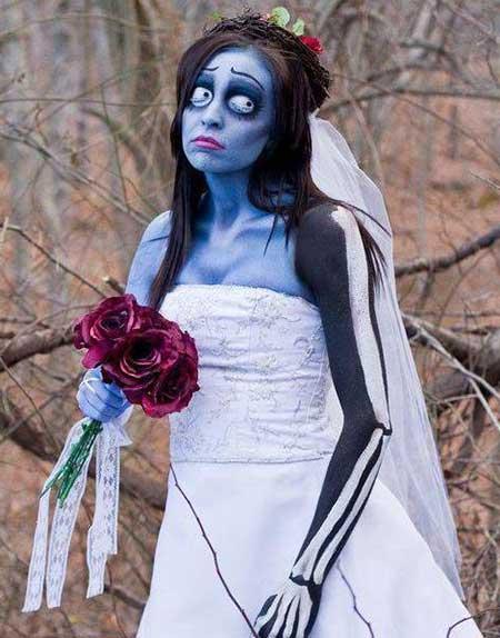 fantasia noiva cadáver com braço de esqueleto