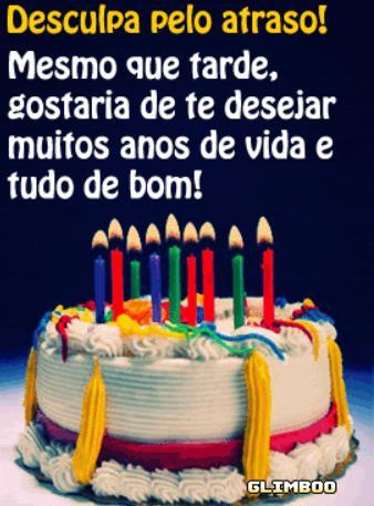 Mensagem de aniversário atrasado com foto de bolo com velas.