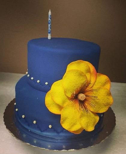 bolo azul com flor