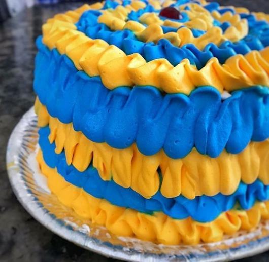 bolo simples azul e amarelo