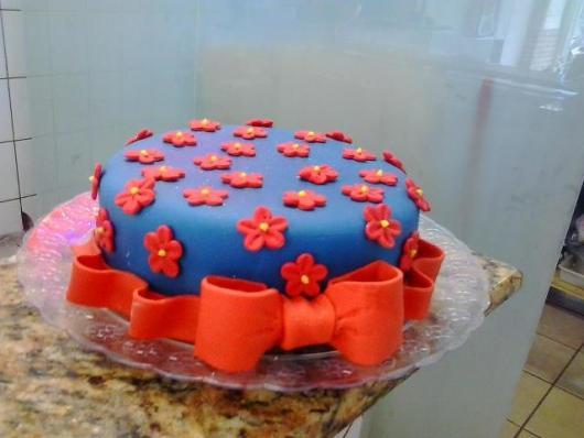 bolo azul e vermelho