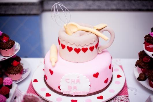 bolo chá de casa nova decorado rosa com corações