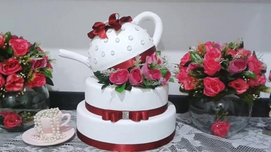 bolo chá de casa nova feito de isopor