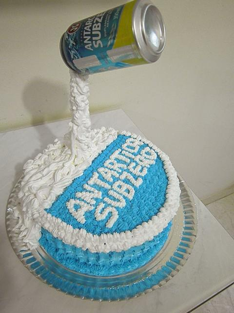 Decore o bolo da Antarctica com escritos de chantilly
