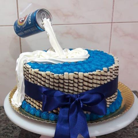 Ideia simples de bolo coberto com chantilly da Antarctica