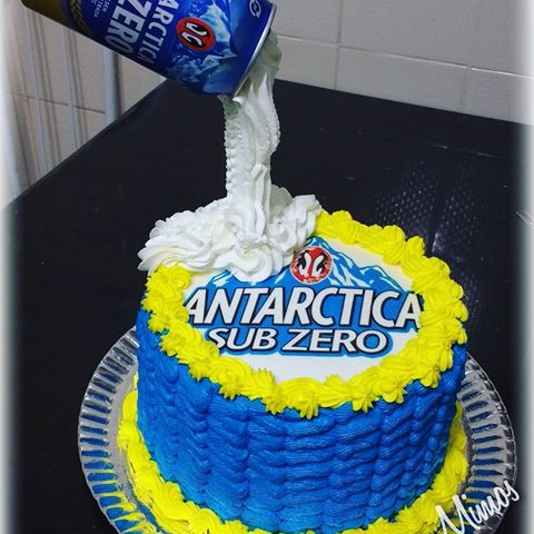 bolo da Antarctica com chantilly caindo da lata