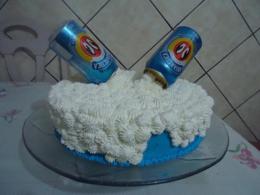 latas da marca para decorar o bolo da Antarctica