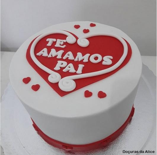 bolo branco e vermelho