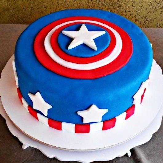 Bolo do Capitão América de pasta americana com escudo no topo