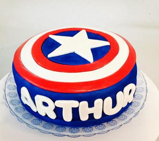 Bolo do Capitão América de pasta americana com nome do aniversariante