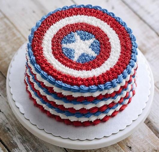 Bolo do Capitão América com chantilly azul, branco e vermelho
