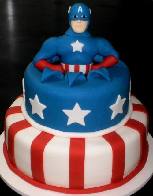 Bolo do Capitão América com 2 andares e topo nno formato do busto do personagem