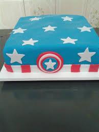 Bolo do Capitão América quadrado com pasta americana