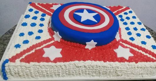 Bolo do Capitão América quadrado com escudo no topo