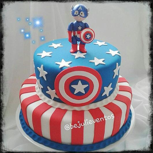 Bolo do Capitão América de pasta americana com topo de bolo