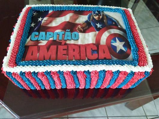 Bolo do Capitão América quadrado com papel de arroz no topo