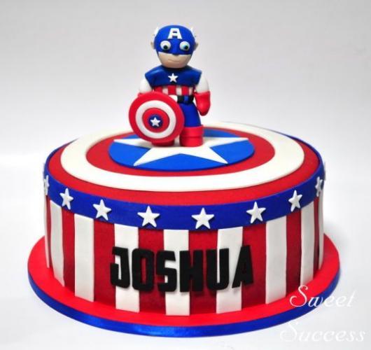 Bolo do Capitão América redondo com topo de bolo de biscuit