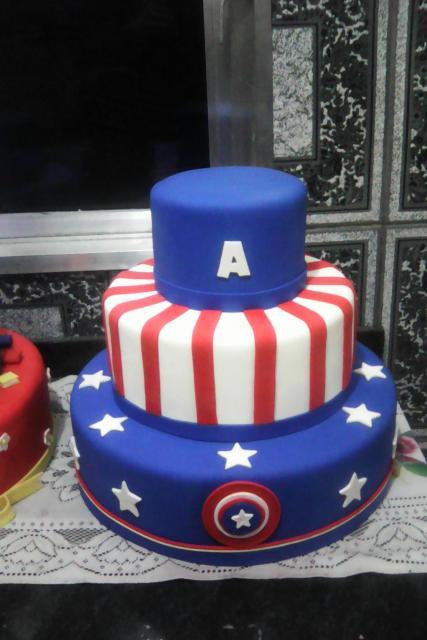 Bolo do Capitão América fake com azul e branco com aplique de escudo