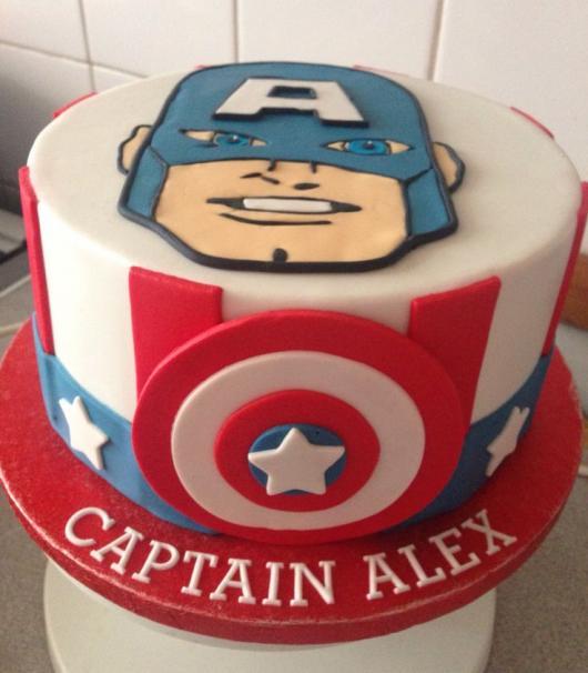 Bolo do Capitão América de pasta americana com rosto do personagem no topo