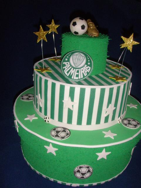 Muitas crianças amam um bolo do Palmeiras cheio de adereços, ainda mais quando se trata de um bolo cenográfico