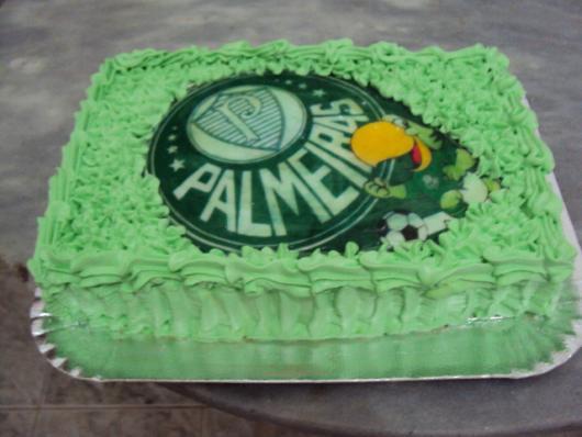 Você pode usar corantes com diferentes tons de verde para inovar ainda mais no acabamento do bolo