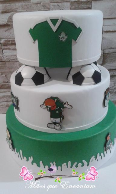 Dá para inovar na decoração do bolo falso com várias referências ao time