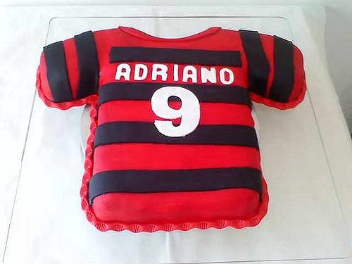 4db9fa7721 Formato inusitado com o uniforme do Flamengo – tão impecável que nem dá  vontade de cortar