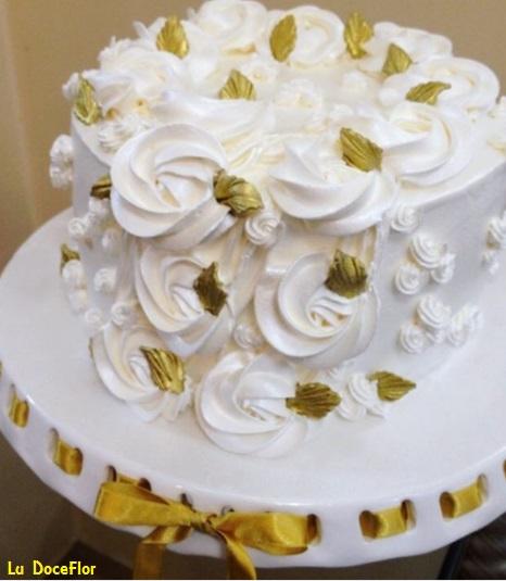 Bolo de Ano Novo Simples decorado com chantilly branco e detalhes em dourado