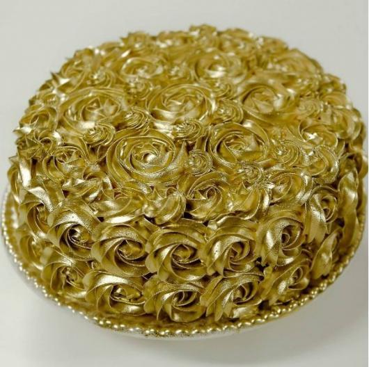 Bolo de Ano Novo Simples decorado com chantilly dourado