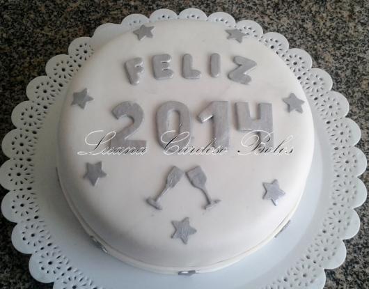 Bolo de Ano Novo com pasta americana branco com detalhes prateados