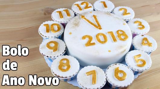 Bolo de Ano Novo com pasta americana decorado com cupcakes formando um relógio