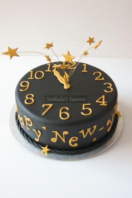 Bolo de Ano Novo com pasta americana decorado preto com detalhes em dourado