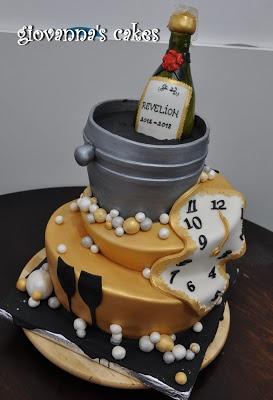 Bolo de Ano Novo com 2 andares com garrafa e relógio