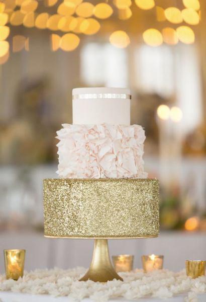Bolo de Ano Novo com 2 andares branco e dourado