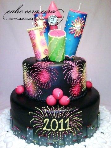 Bolo de Ano Novo com 2 andares preto com detalhes coloridos