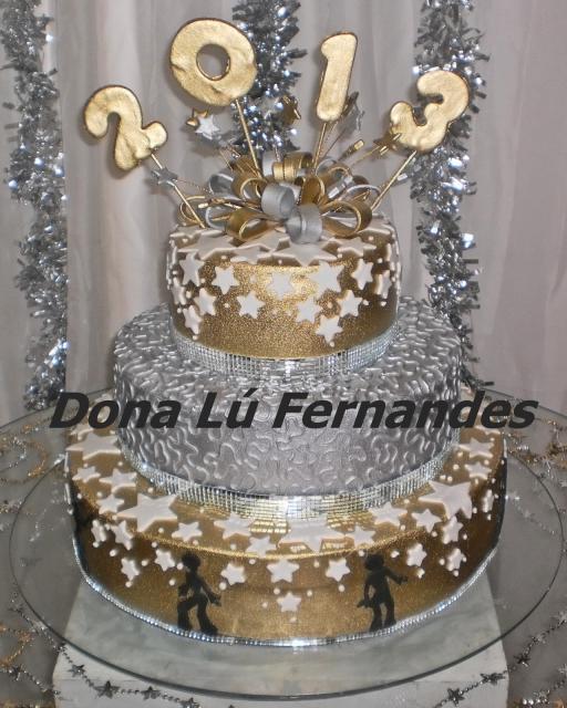 Bolo de Ano Novo com 3 andares com detalhes prateados e dourados