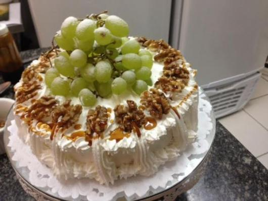 Bolo de Ano Novo Simples decorado com uvas e nozes