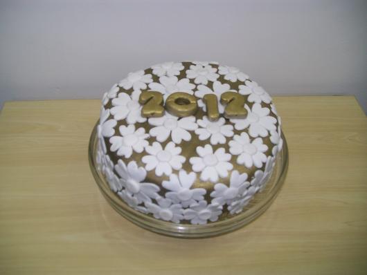 Bolo de Ano Novo com pasta americana dourado com flores brancas