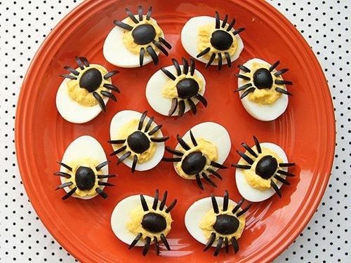 Comidas de Halloween: ovo cozido com aranha