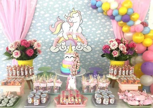 Decoração de festa infantil Unicórnio com cortina rosa