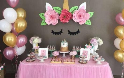 Decoração de festa infantil Unicórnio com flores de papel