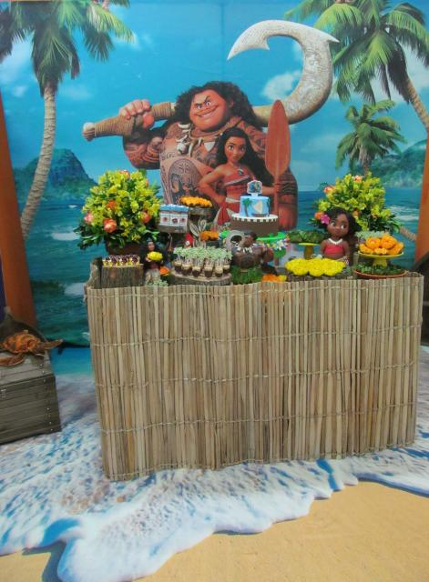 Decoração de festa infantil Moana com painel personalizado