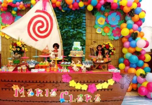 Decoração de festa infantil Moana com balões coloridos