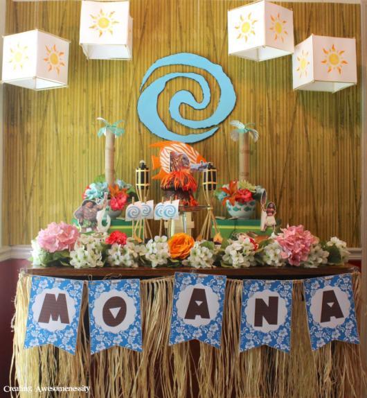 Decoração de festa infantil Moana com flores