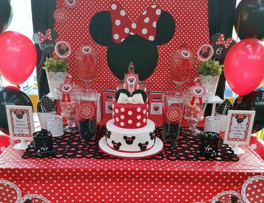 Decoração de festa infantil Minnie com toalha de mesa vermelha com bolinhas brancas