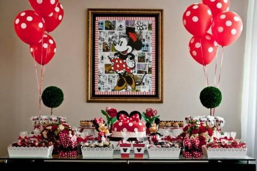 Decoração de festa infantil Minnie com balões vermelhos