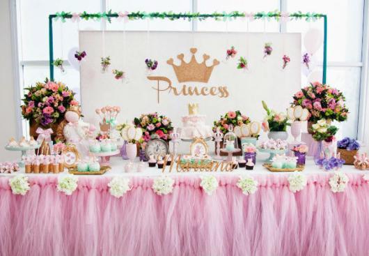 Decoração de festa infantil Princesa com tule na mesa