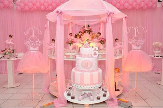 Decoração de festa infantil Bailarina com bolo fake de 3 andares